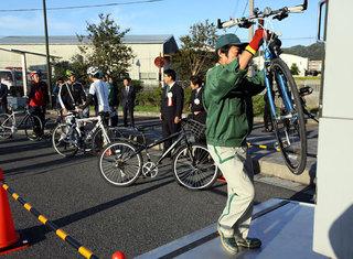 JAsa2SSe.jpg 鳴門橋の自転車輸送始まる.jpg